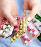 Krankenschwester Hält Viele Bunte Medikamente In Den Händen